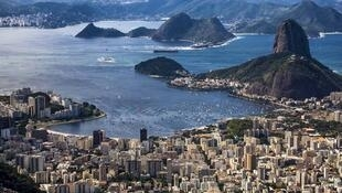 Eterno cartão postal do Rio de Janeiro, a poluição da Baía de Guanabara atinge níveis ameaçadores às vésperas dos Jogos Olímpicos.