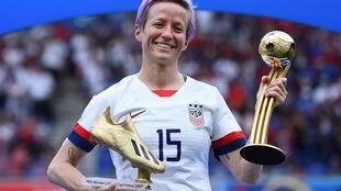 Megan Rapinoe, thủ quân đội tuyển bóng đá nữ Mỹ, giương Cúp Vô địch và giải thưởng cầu thủ xuất sắc nhất, ngày 07/07/2019, trên SVĐ Lyon, Pháp.
