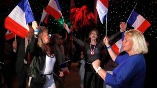 Вечер 26 мая. Париж. Сторонники партии Марин Ле Пен отмечают первое место «Национального объединения» на европейских выборах во Франции