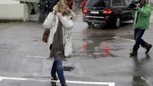 Porta-voz de Michael Schumacher, Sabine Kehm, saindo do Hospital Universitário de Grenoble
