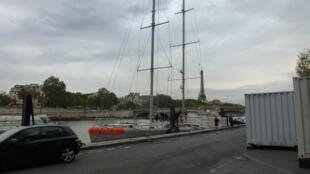 Яхта «Тара» на приколе в Париже, 19 октября 2012 года