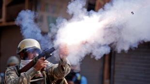 Cảnh sát Ấn Độ trấn áp biểu tình tại Srinagar, Cachemire ngày 16/09/2016.