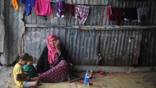 Femme assise devant chez elle à Khan Younès, dans le sud de Gaza, le 11 juillet 2017.