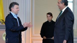 El presidente colombiano Juan Manuel Santos y el embajador en Francia Federico Renjifo Vélez.