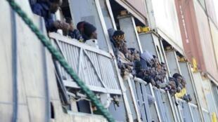 Sobreviventes do naufrágio desembarcam no porto de Palermo, na Itália, nesta quarta-feira (15).