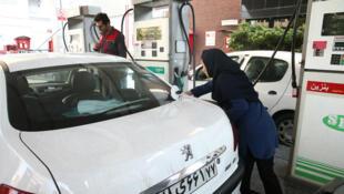 Iranianos fazem fila nos postos de combustíveis antes do aumento da tarifa da gasolina. (15/11/2019)
