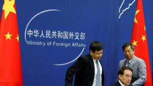 Thứ trưởng Ngoại Giao Trung Quốc Lý Bảo Đông (G) họp báo ngày 15/08/2016, tại Bắc Kinh.