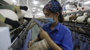 Công nhân làm việc tại một nhà máy dệt ở Hà Nam, 07/10/2015.