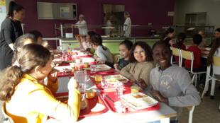 À la cantine de l'École Jean Macé à Roubaix, les enfants finissent leurs assiettes.