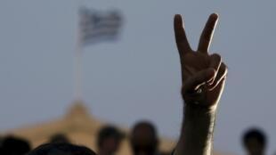 Le «V» de la victoire d'un partisan du «non», le 5 juillet 2015, à Athènes.