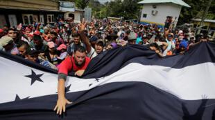 La caravane arrive à la frontière entre le Honduras et le Guatemala, le 15 octobre 2018.