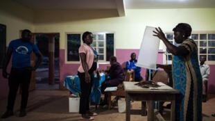 Início da contagem dos votos na periferia de Yaoundé, capital dos Camarões. 7 de Outubro de 2018.