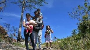 Une famille vénézuélienne traverse la frontière avec le Brésil pour y trouver refuge, le 25 février 2019. Le nombre de Vénézuéliens fuyant leur pays pour le Brésil serait actuellement de 500 par jour.