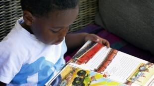 Enfant qui lit.