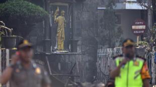 Cảnh sát đứng trước Thiên Chúa Giáo Santa Maria tại Surabaya, sau vụ nổ ngày 13/05/2018.