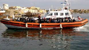 Thuyền cứu hộ các thuyền nhân trên Địa Trung Hải.
