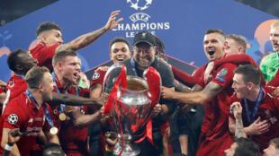 Huấn luyện viên người Đức Juergen Klopp (giữa) và các cầu thủ Liverpool nâng Cúp C1 mùa bóng 2018-2019, trên sân Metropolitano, Madrid đêm 01/06/2019.