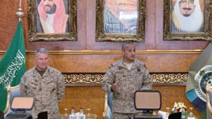 Tướng Kenneth McKenzie (trái)  tư lệnh quân Mỹ tại vùng vịnh và tướng Fahd bin Turki tư lệnh liên quân Ả Rập Xê Út trong cuộc họp báo tại Riyad ngày 18/07/2019.