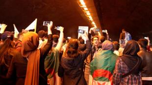 De jeunes algériens manifestent à Alger, le 19 mars 2019, pour demander le départ de Bouteflika.