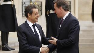 O presidente francês Nicolas Sarkozy e o primeiro-ministro britânico David Cameron, na manhã desta sexta-feira no Palácio do Eliseu.