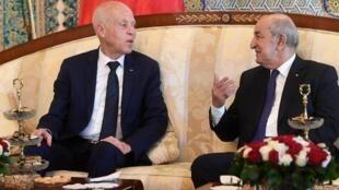 Le président algérien Abdelmadjid Tebboune (d) reçoit son homologue tunisien Kaïs Saïed, à Alger, le 2 février 2020.