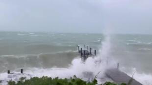 Mar revolto nas Ilhas Bahamas, neste domingo, a poucas horas da passagem do furacão Dorian pelo arquipélago do oceano Atlântico.