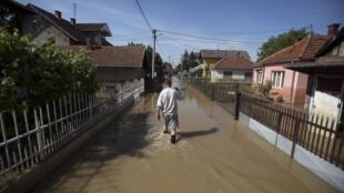 Vários vilarejos da Sérvia foram cobertos pelas águas. Na foto ruas inundadas, na cidade de Belgrado.