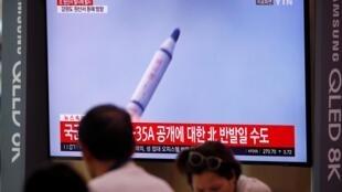 Truyền hình Hàn Quốc đưa tin về việc Bắc Triều Tiên phóng tên lửa từ tàu ngầm, Seoul, ngày 02/10/2019