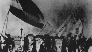 历史图片:1919年5月4日数千大学生在北京(当时的北平)高举国旗游行,反对政府在战后巴黎和会协约上签字。