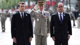 """Tổng thống tân cử Pháp Emmanuel Macron (T) và tổng thống mãn nhiệm François Hollande (P) viếng mộ """"Chiến sĩ vô danh"""", Khải Hoàn Môn, Paris, ngày 08/05/2017"""