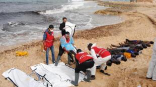 Além dos cinco corpos encontrados nesta sexta-feira, outros cadáveres de migrantes afogados foram resgatados na costa da Líbia no final de fevereiro (foto)
