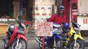Un chauffeur de moto-taxi.