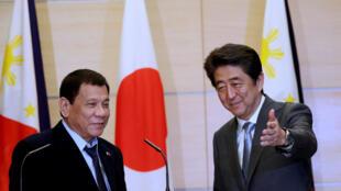 Tổng thống Philippines Rodrigo Duterte (T) và thủ tướng Nhật Shinzo Abe tại Tokyo, ngày 26/10/2016