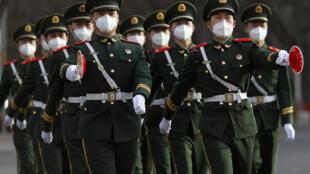 北京,带着口罩的中国武警。