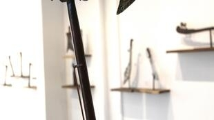Récade royale, Abomey, ancien royaume du Danxomè, Bénin. Bois, laiton, ivoire, 38 x 17 cm, Fin XIXe- début XXe siècle. Provenance : Ancienne collection Osenda. Don de Didier Claes, Bruxelles, 2019.