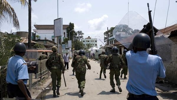 Policemen charge at rioting youths during protests by youths in the Kenyan coastal town of Mombasa, 28 August, 2012