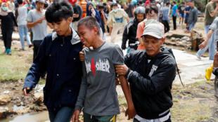 Một bé trai khóc tìm người thân sau trận sóng thần ở Pandeglang, tỉnh Banten, Indonesia, ngày 24/12/2018.