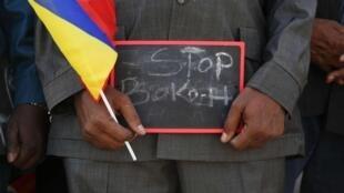 Un homme tient une pancarte «Stop Boko Haram» lors d'un rassemblement pour soutenir les troupes tchadiennes dans la lutte contre Boko Haram, à Ndjamena, le 17 Janvier 2015.