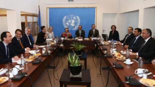 Les deux dirigeants chypriotes et leurs délégations, le 15 mai 2015, sous l'égide de l'ONU pour reprendre les négociations sur la réunification de l'île.