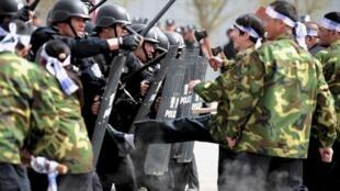 Công an thực tập chống bạo động tại Urumqi, Tân Cương ngày 26/04/2014.