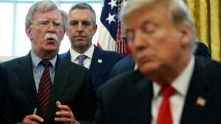 Le président Donald Trump et son ex-conseiller à la sécurité nationale, John Bolton (au second plan) en février 2019 (Illustration).