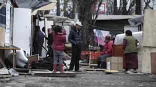 Acampamento cigano em Bobigny, na periferia de Paris, foi atacado após fake news