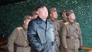 Le président de la Corée du Nord Kim Jong Un surveillant un tir de missiles le 22 mars 2020. Depuis le début du mois de mars, la Corée du Nord a procédé à plusieurs tirs.
