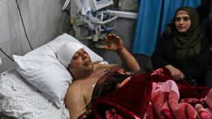 Atef Abu Seif, porte-parole du Fatah à Gaza et membre de son comité central, est allongé sur un lit d'hôpital dans la ville de Gaza le 19 mars 2019. Il a responsbailisé le Hamas pour cette agression en marge des manifestations la veille.
