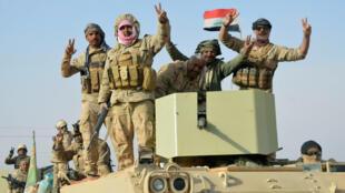 Иракские военные празднуют освобождение города Рава от боевиков ИГ, 17 ноября 2017 года.