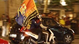 Los hinchas del Barcelona celebran en Canaletas después de que su equipo ganara la ligua Española