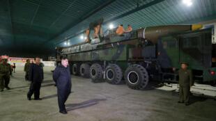 Lãnh đạo Bắc Triều Tiên Kim Jong Un thị sát một tên lửa liên lục địa Hwasong-14. Ảnh do KCNA công bố ngày 05/07/2017.