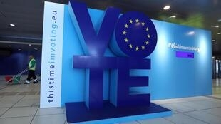 Рекламный щит на станции метро имени Шумана в Брюсселе, рядом со зданием Европарламента