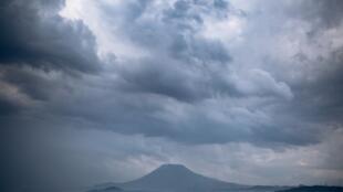 Une vue du lac Kivu avec le volcan Nyiragongo en arrière-plan dans l'est de la RDC (image d'illustration).