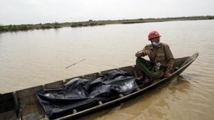 Equipe de resgate transporta o corpo de uma vítima após tempestade em Mrauk-U, em Mianmar, em 4 de agosto de 2015.